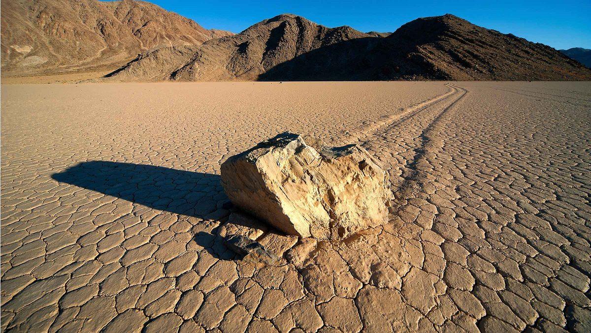 È vero che nella Death Valley alcune rocce si muovono da sole?