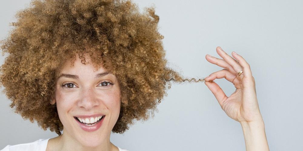 Perché alcune persone hanno i capelli ricci?