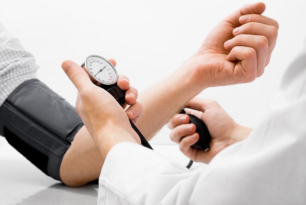 È vero che la pressione è più alta se la misura il medico?