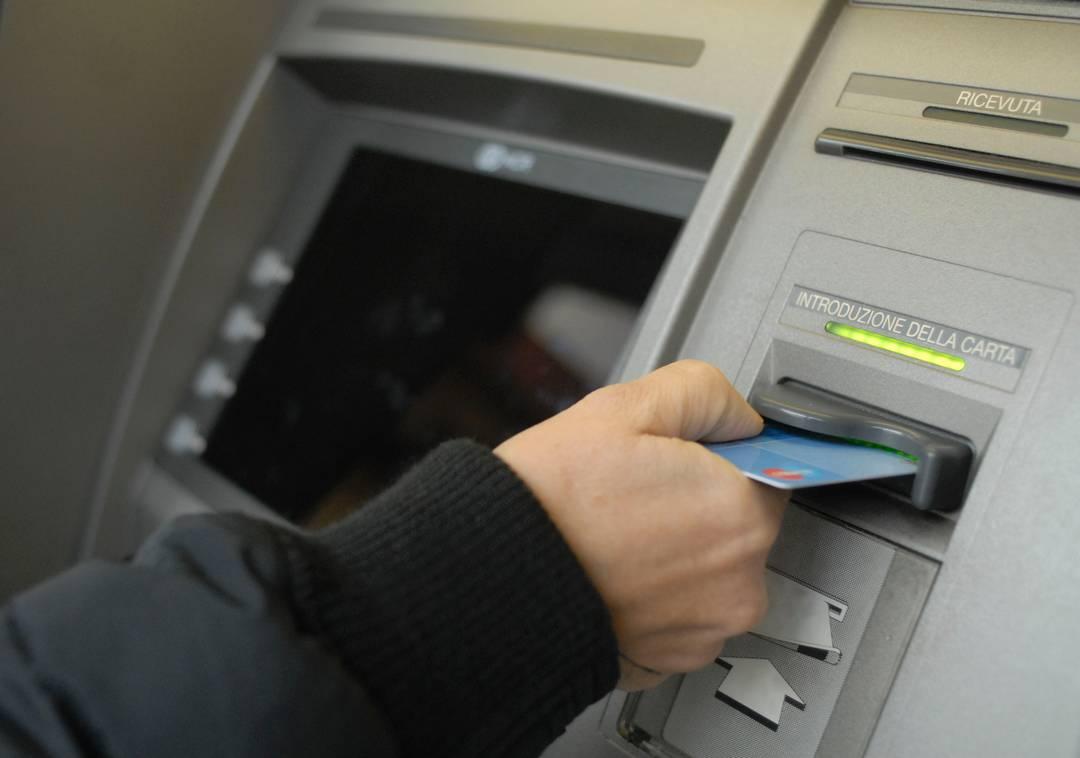 Un bancomat in funzione