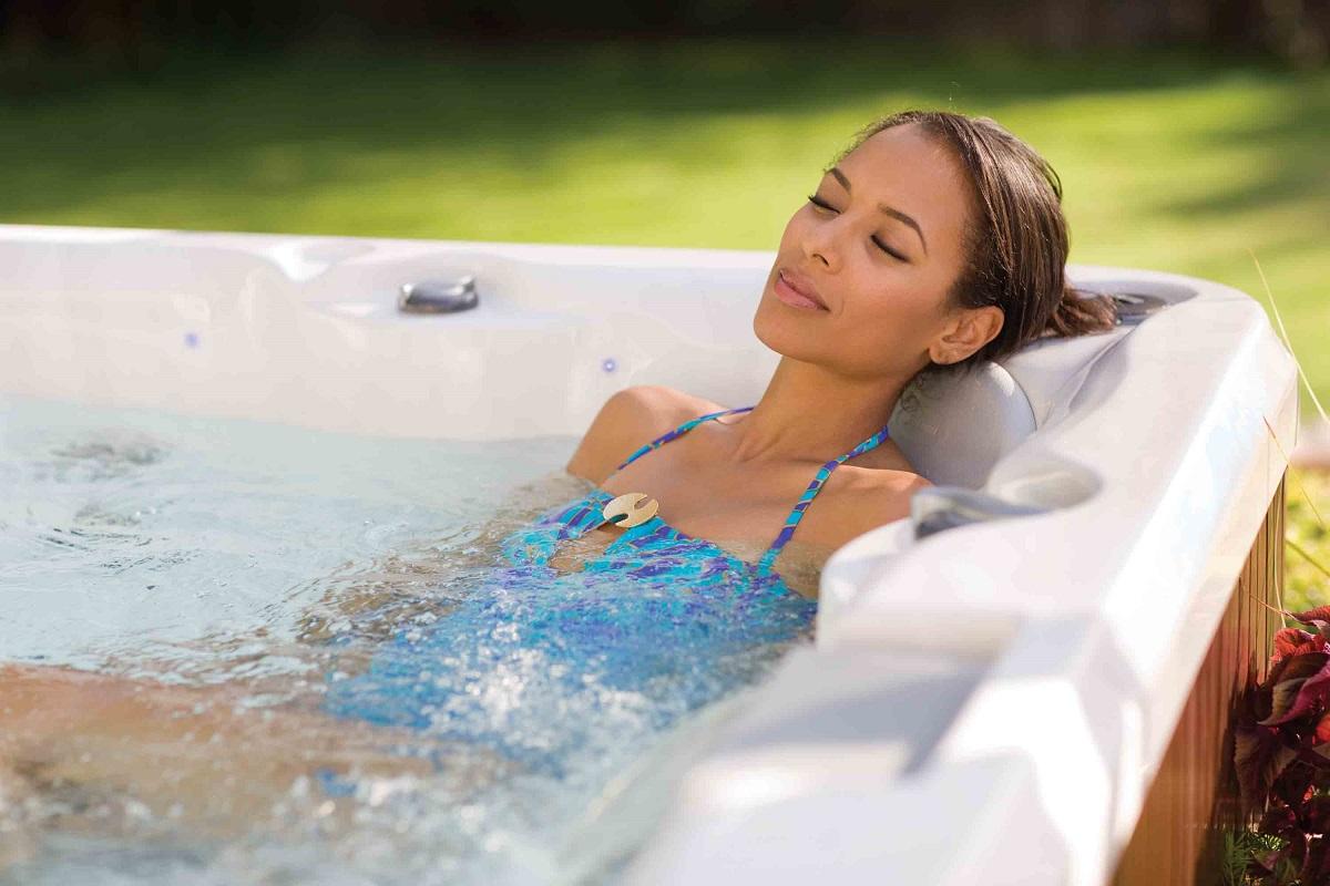 Una donna in una vasca idromassaggio jacuzzi