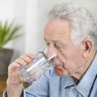 Perché gli anziani bevono poco?