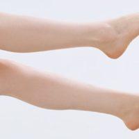 Perché durante i viaggi in aereo si gonfiano i piedi?