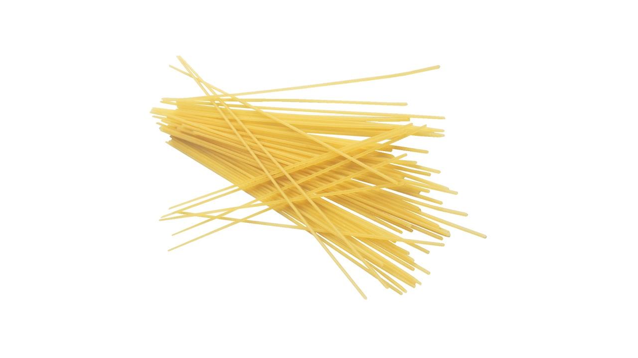 Spaghetti crudi spezzati in due
