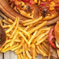 Il cibo spazzatura fa venire l'acne?