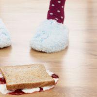 Perché è meglio non mangiare il cibo caduto per terra?