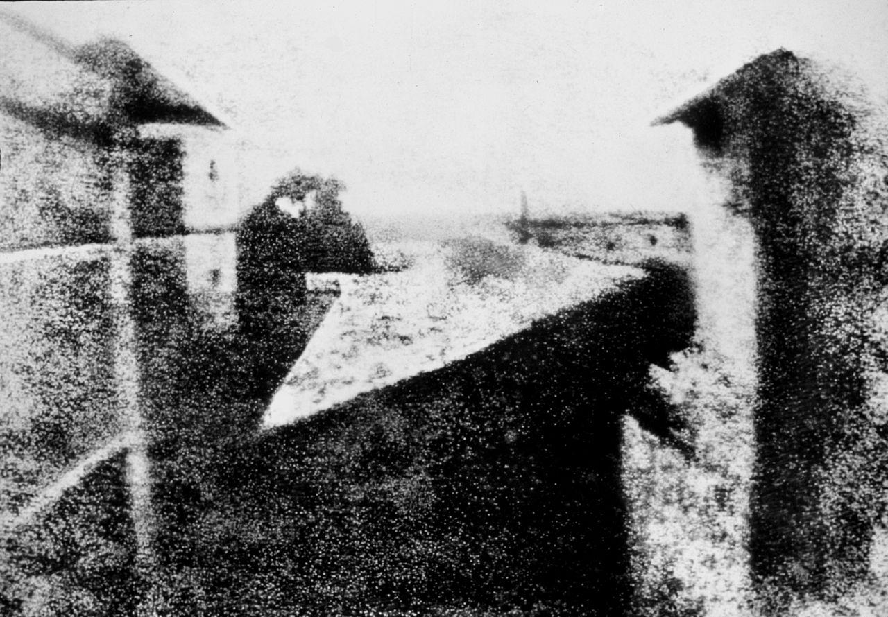 """La prima fotografia della storia, """"Vista dalla finestra a Le Gras"""". Riproduzione del 1952"""