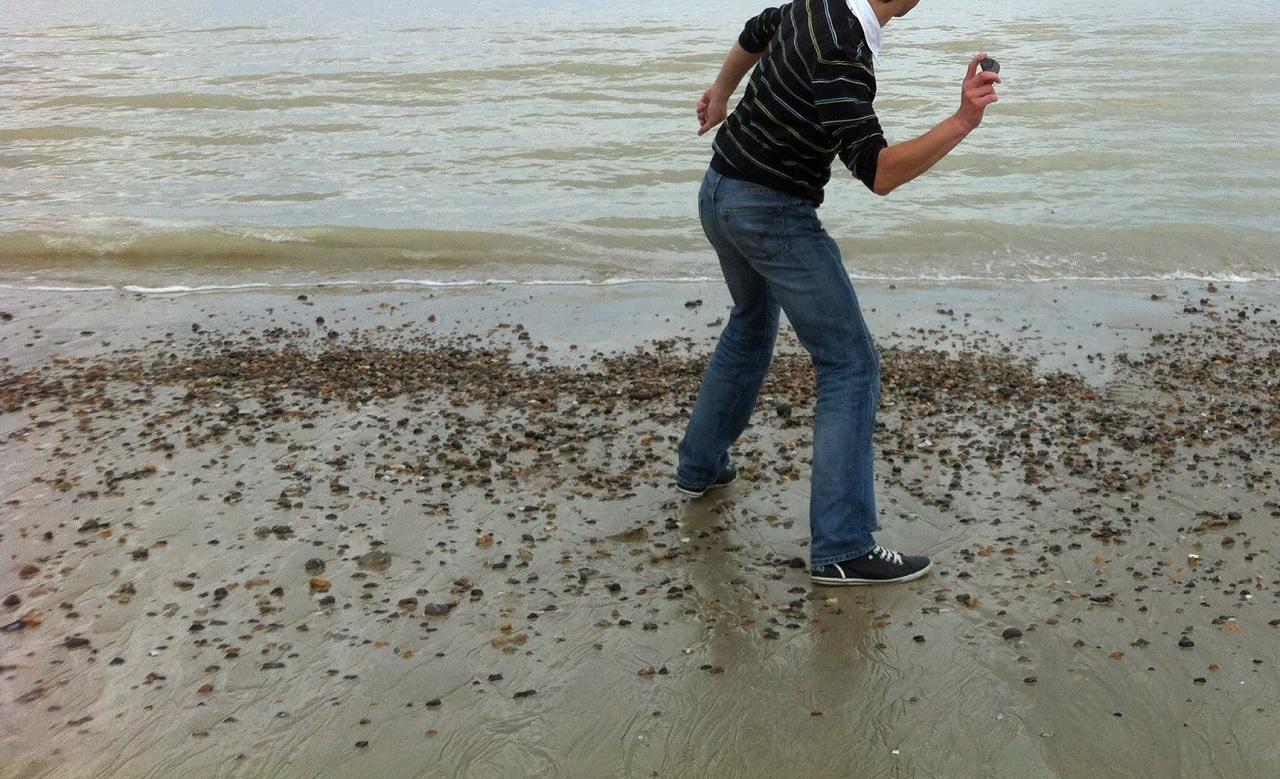 Come far rimbalzare un sasso sull'acqua?