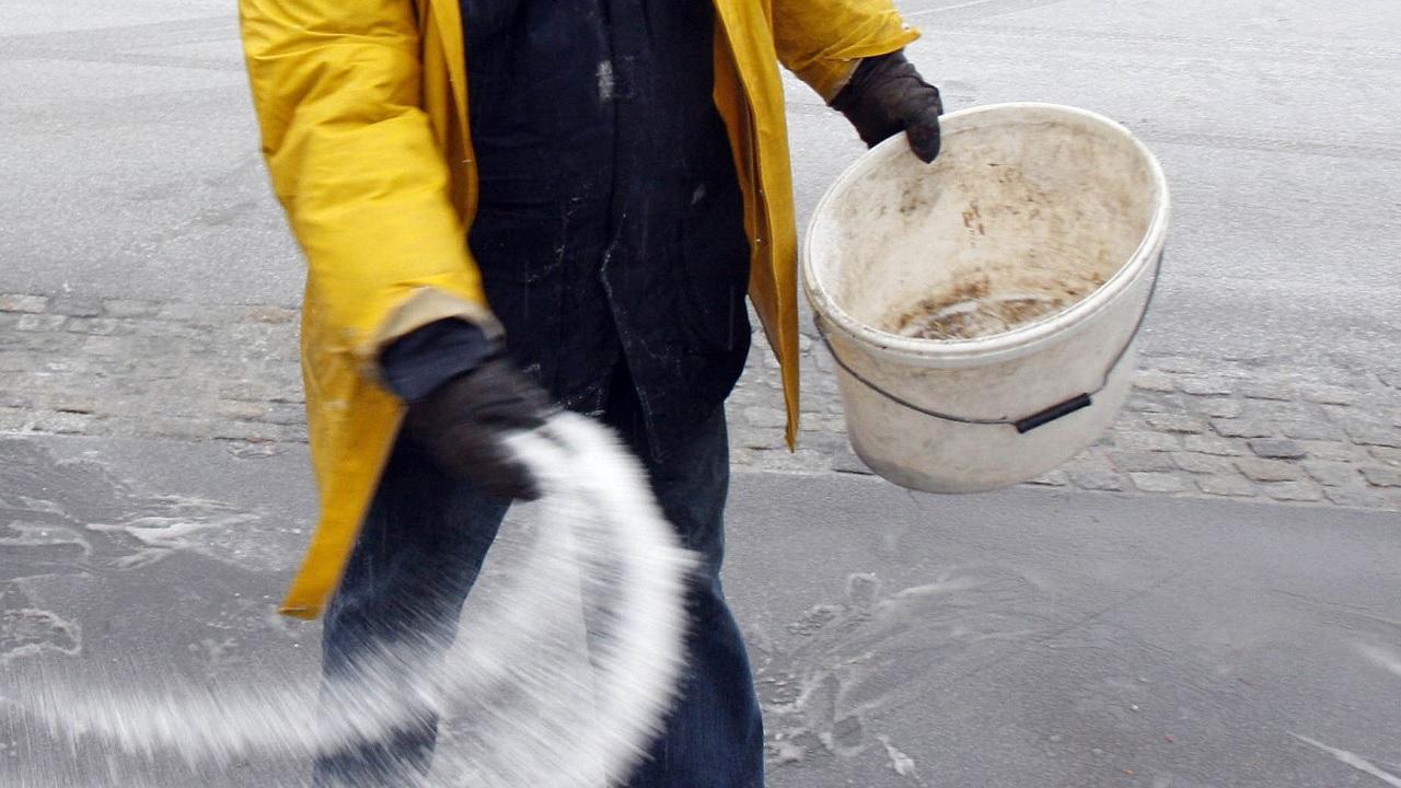 Perché si cosparge il sale sul ghiaccio?