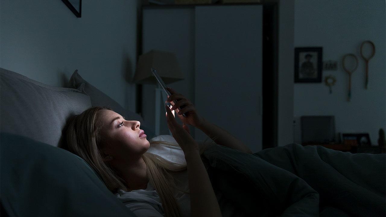 Utilizzare gli smartphone prima di andare a dormire