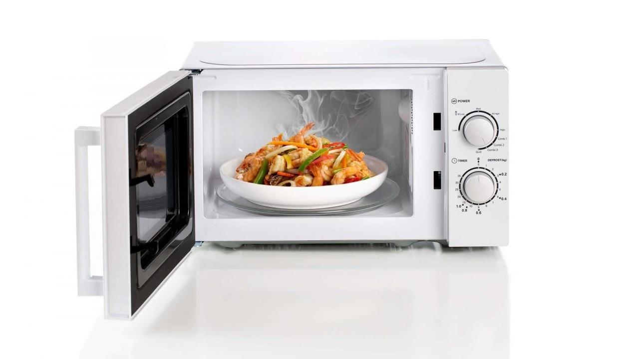 Perché nel microonde il cibo va messo su un piatto che ruota?