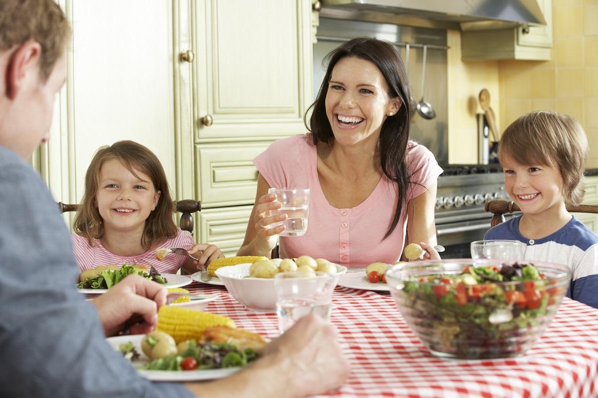 Una famiglia che pranza