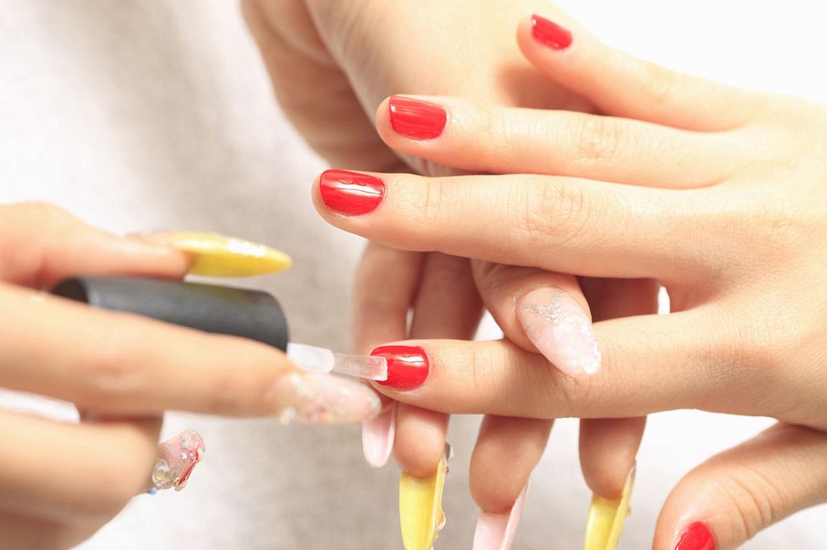 Da dove arriva lo smalto per le unghie?